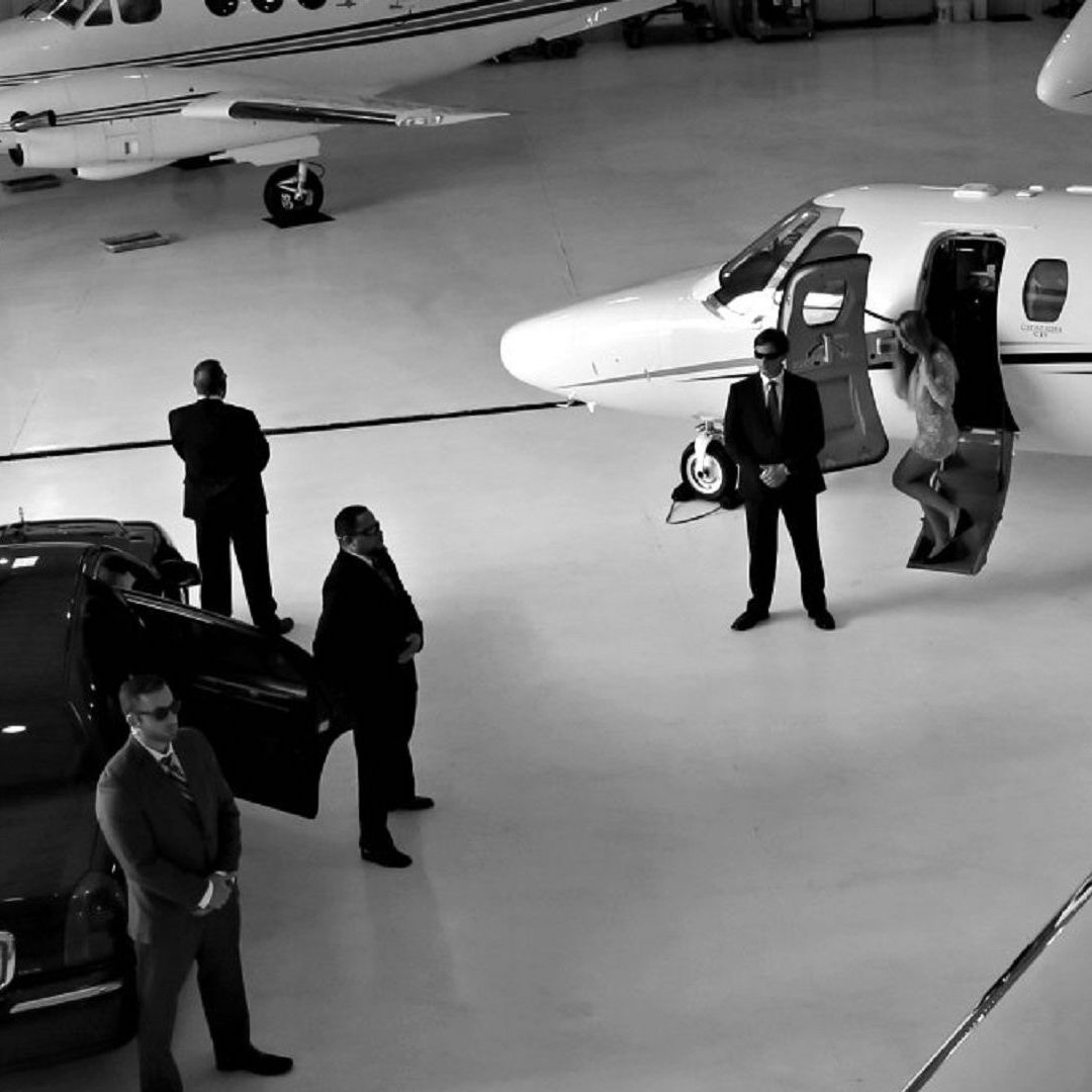 VIP protection of a celebrity from a private jet to a limousine