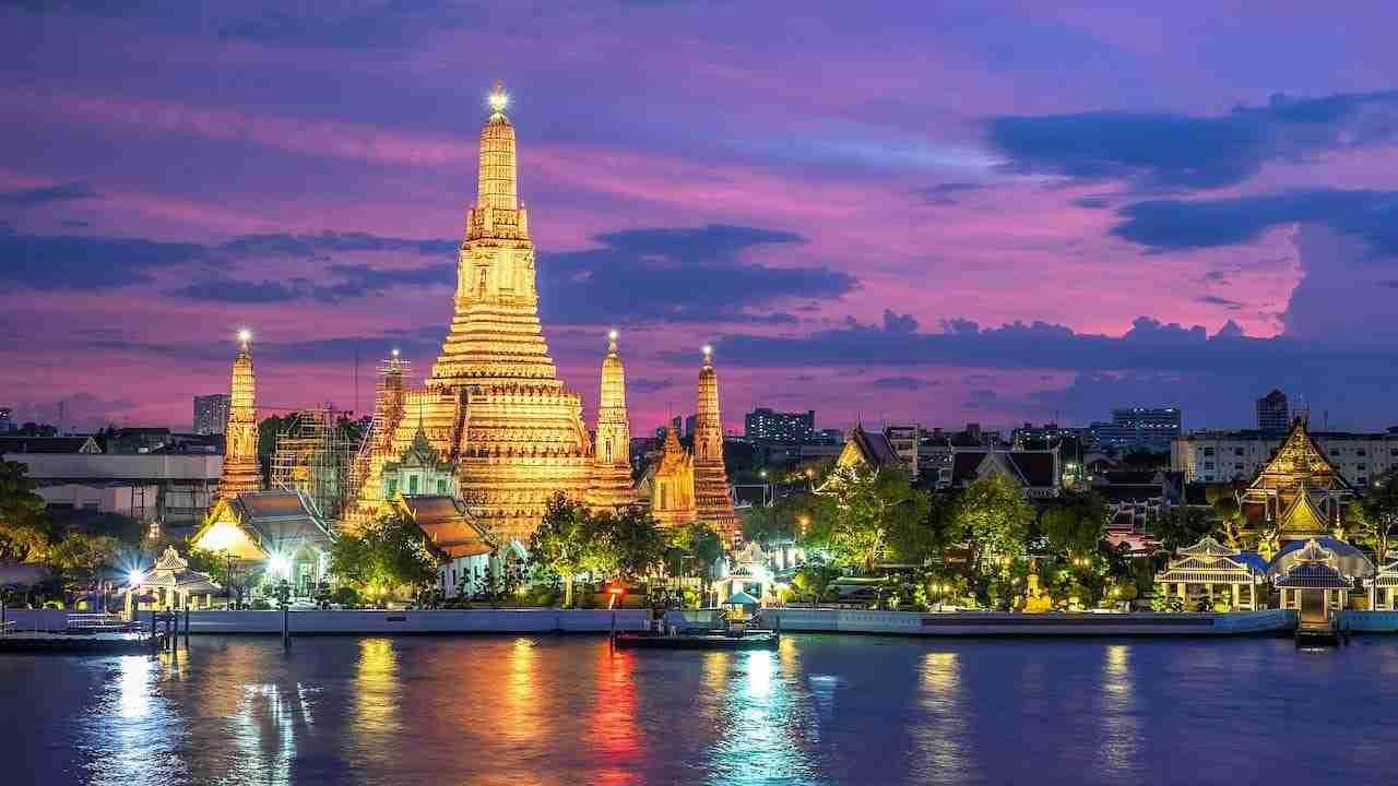 war arun temple in Bangkok during the sunset
